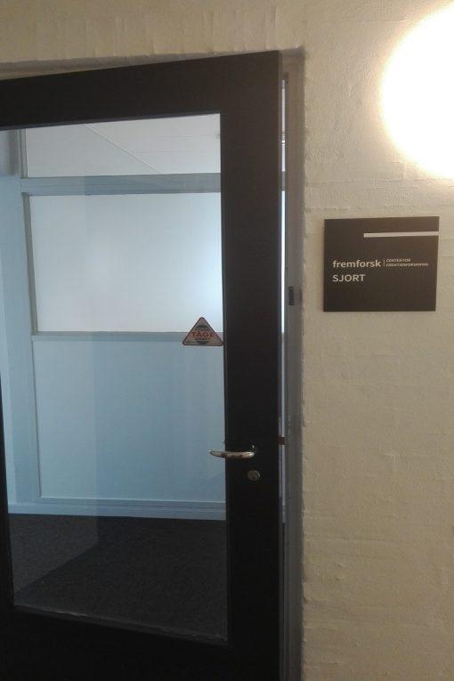 Diverse skilte dørskilt