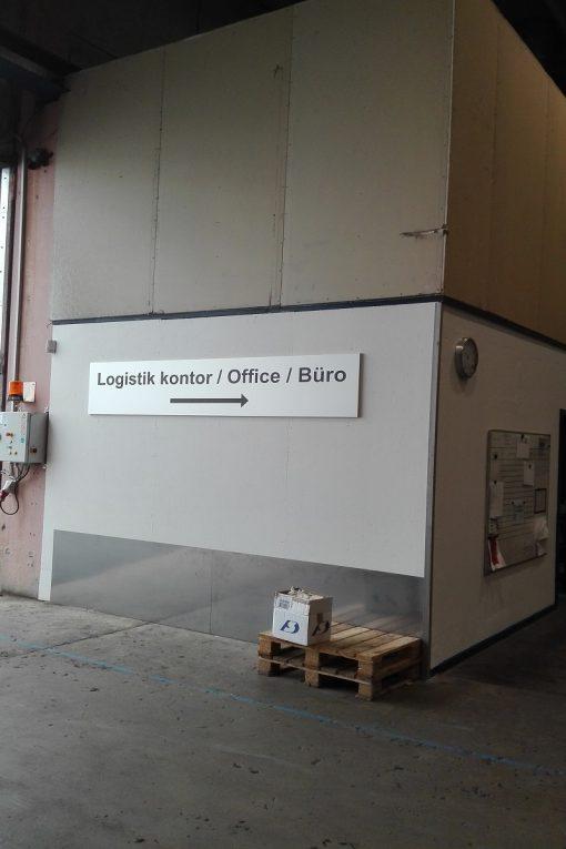 Diverse skilte henvisningsskilt til kontor