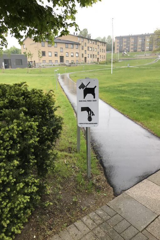 Hund i snor/fjern efterladenskaber