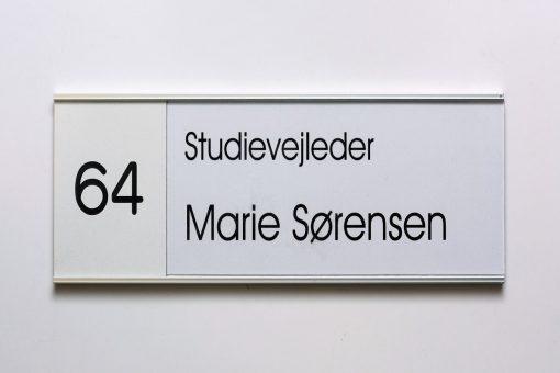 Øvrige dørskilte til skole med titel og nummer
