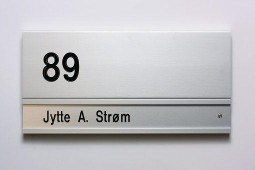 Dørskilt DXX med bagplade/nr. til graveret navn