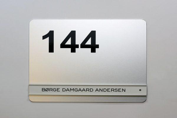 Øvrige dørskilte på aluplade med folienummer